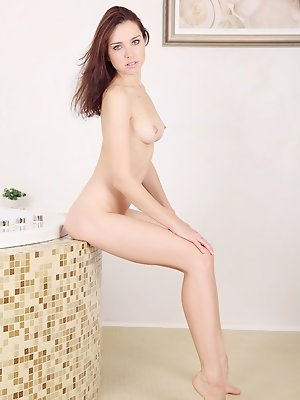 Oliviana bares her gorgeous, creamy body as she dips in the bathtub.